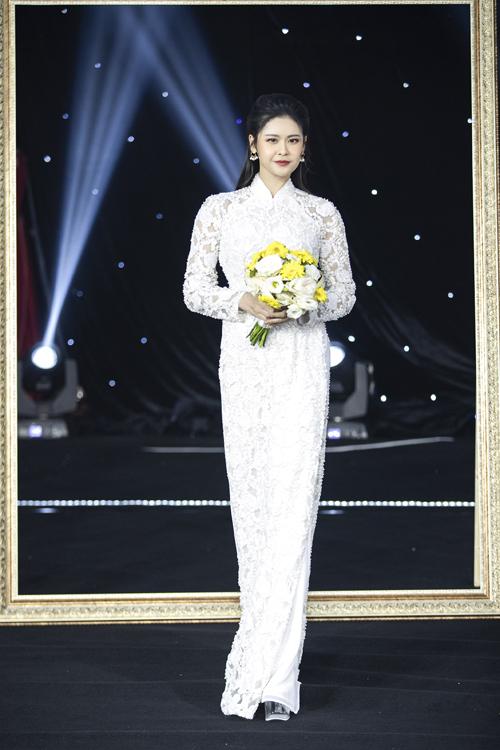 Trương Quỳnh Anh cũng xuất hiện với vai trò vedette của buổi diễn. Người đẹp diện mẫu áo dài đắp ren dọc thân, vừa kín đáo nhưng cũng tôn dáng.
