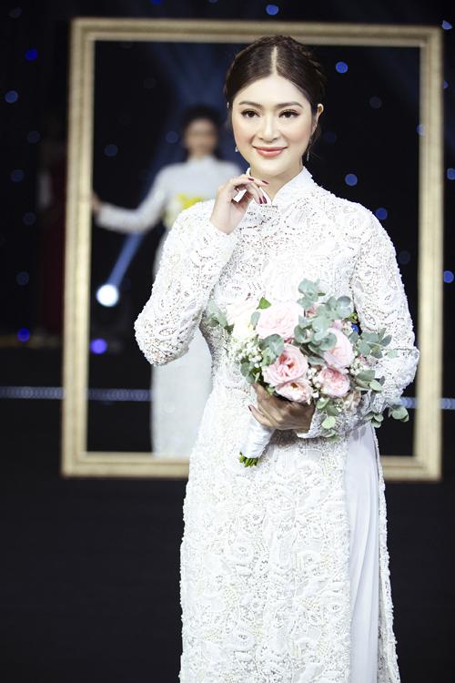 Thanh Trúc cũng diện áo dài ren trắng tinh xảo.