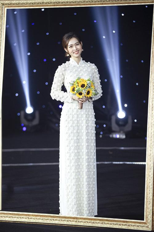 Diệp Bảo Ngọc diện áo dài trắng tôn dáng với họa tiết hoa đính nổi, xếp lớp độc đáo.