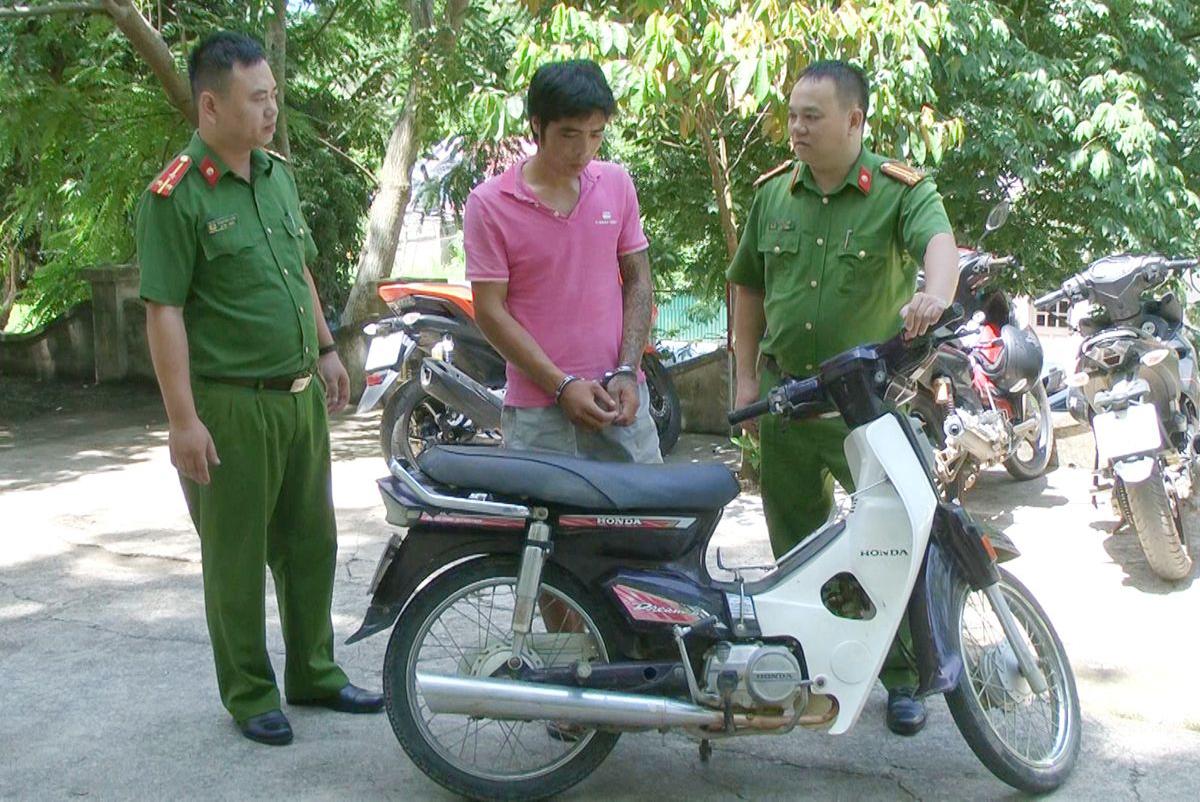 Tên đạo chích và tang vật bị cảnh sát thu giữ.