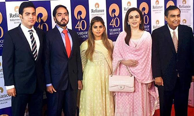 Tỷ phú Mukesh (ngoài cùng bên phải) cùng vợ và ba con. Ảnh: India Today.