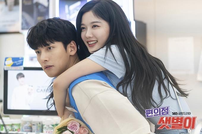 Ji Chang Wook và Kim Yoo Jung trong một cảnh phim Cửa hàng tiện lợi Saet Byul.