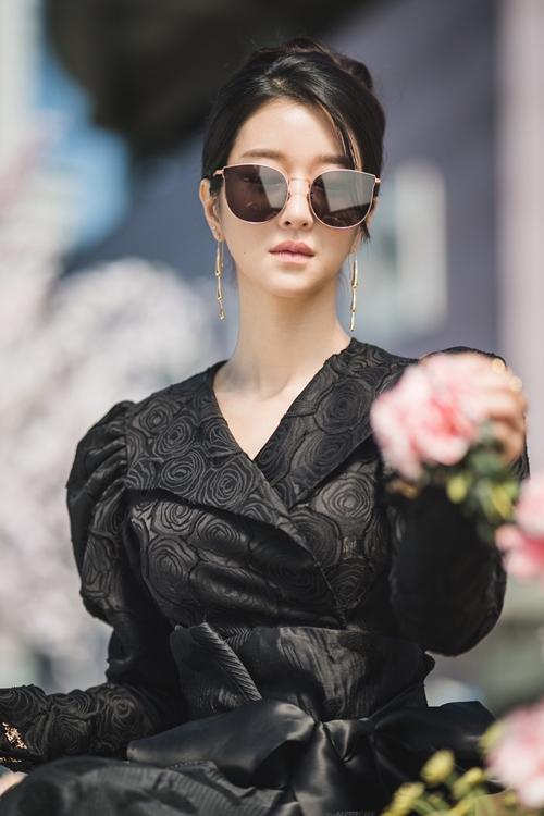 Phong cách gothic trong thời trang phù hợp với gu văn chương của nhân vật.
