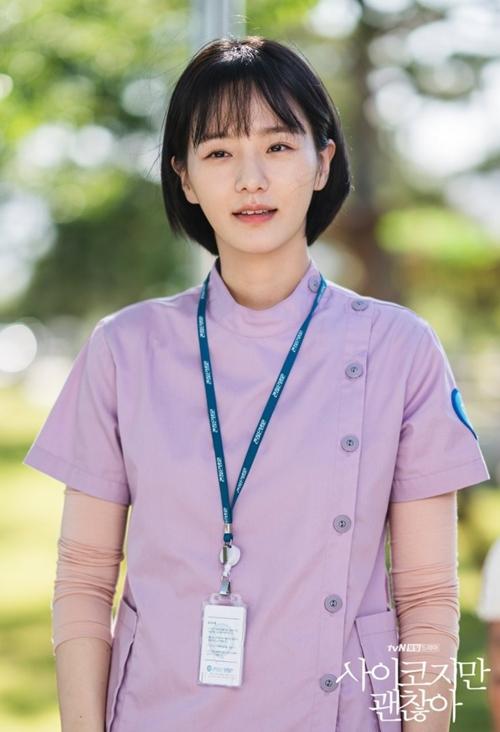 Đồng phục của nhân viên trong bệnh viện được lựa chọn gam màu pastel với ẩn ý về sự dễ chịu của bệnh viện, gạt bỏ quan niệm cố hữu về không khí ngột ngạt, đáng sợ ở nơi điều trị bệnh nhân tâm thần.