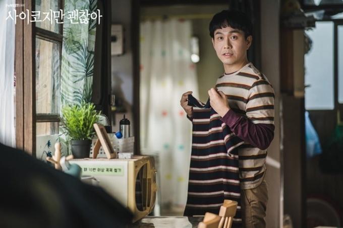 Người anh thiểu năng Sang Tae (Oh Jung Se đóng) chỉ mặc lặp đi lặp lại áo kẻ ngang. Jo Sang Gyeong lý giải hình ảnh này gợi đến sự khác thường về tâm lý.