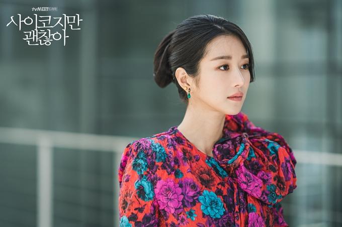 Sắm vai nhà văn Ko Moon Young mắc chứng rối loạn nhân cách chống đối xã hội, nữ chính Seo Ye Ji luôn xuất hiện với kiểu tóc phức tạp, bộ cánh sang chảnh, phụ kiện và trang sắc bắt mắt.