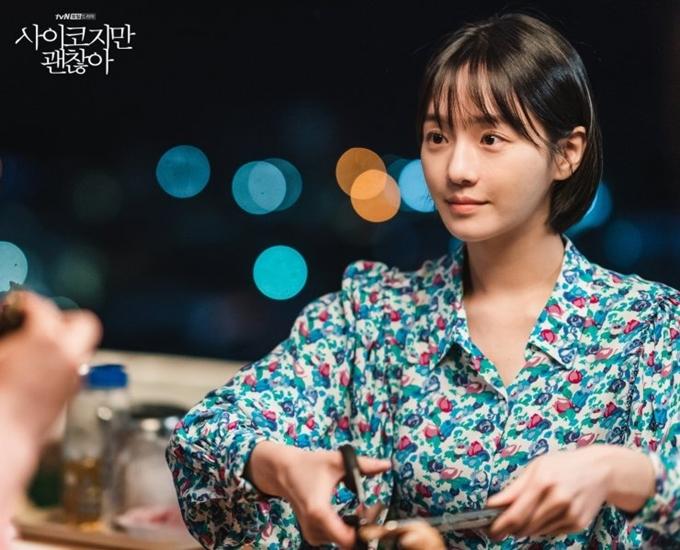Nữ phụ Ju Ri (Park Gyu Young đóng) gắn với những chiếc áo, chiếc váy mang màu sắc tươi sáng, nhẹ nhàng, phù hợp với tính cách hiền lành, trong trẻo của cô.