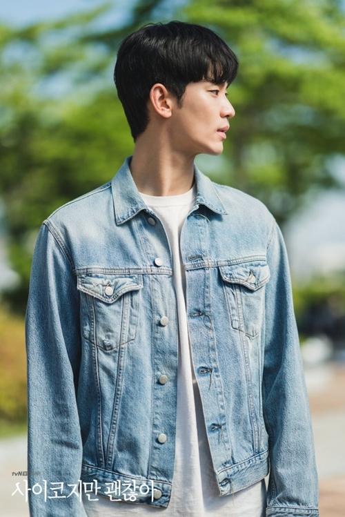 Trái lại, vai nam chính - anh chàng điều dưỡng Kang Tae do Kim Soo Hyun đóng lại có tạo hình khá xuề xòa, cho thấy anh chỉ chuyên tâm lo cho người anh trai thiểu năng, không chăm sóc nhiều cho chính mình.
