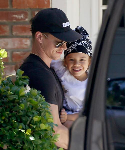 Nam diễn viên Ryan Dorsey đến chăm sóc và vỗ về con trai 4 tuổi vào sáng 9/7 sau khi mẹ bé mất tích.