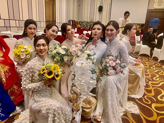Kha Ly hội ngộ cùng các diễn viên gồm Thuý Diễm, Thanh Trúc, Bảo Ngọc, Tường Vi, Trương Quỳnh Anh trong show thời trang của NTK Đặng Trọng Minh Châu.