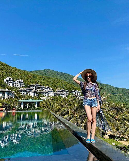 Hari Won thả dáng bên hồ bơi trong chuyến du lịch Đà Nẵng.