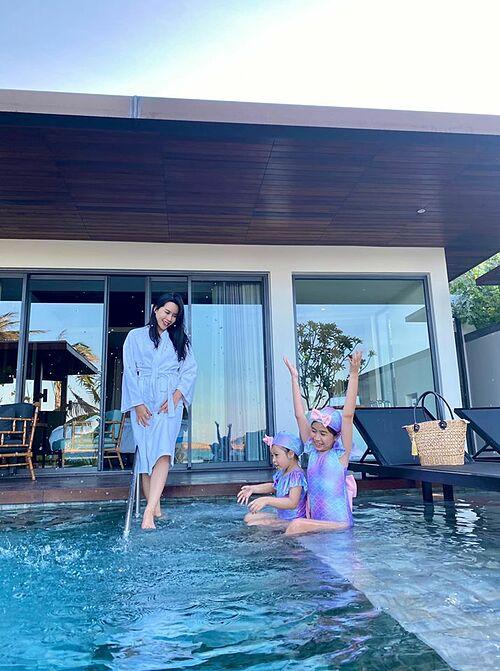 Lưu Hương Giang cùng hai con du lịch nghỉ dưỡng tại một resort sang trọng ở Quy Nhơn.
