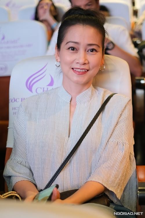 Nghệ sĩ Tuyết Thu có mặt ủng hộ đàn chị.