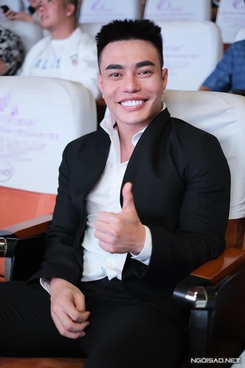 Lê Dương Bảo Lâm đến chúc mừng NSND Hồng Vân một ngày trước khi anh ra mắt web drama riêng mang tên Đệ nhất kỹ nam.