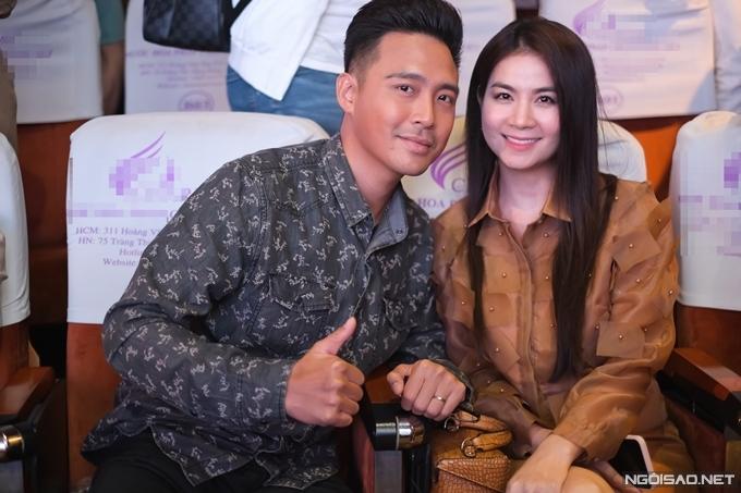 Vợ chồng Kha Ly - Thanh Duy cổ vũ NSND Hồng Vân ra sản phẩm mới