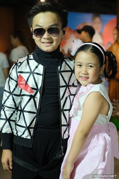 Hai diễn viên nhí Hữu Khang và Ngân Chi đến dự ra mắt phim của NSND Hồng Vân.