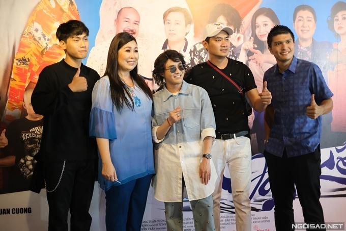 Diễn viên Võ Điền Gia Huy (bìa trái) đến chúc mừng phim mới của cô giáo Hồng Vân.
