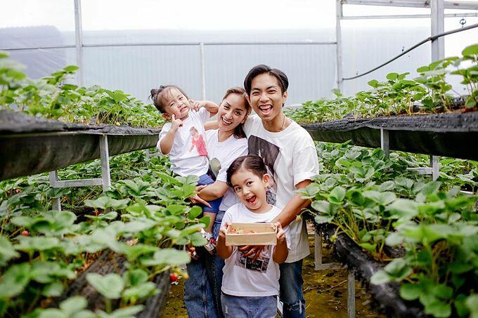 Gia đình Khánh Thi - Phan Hiện diện đồ ton sur ton, cùng nhau hái dâu tây.