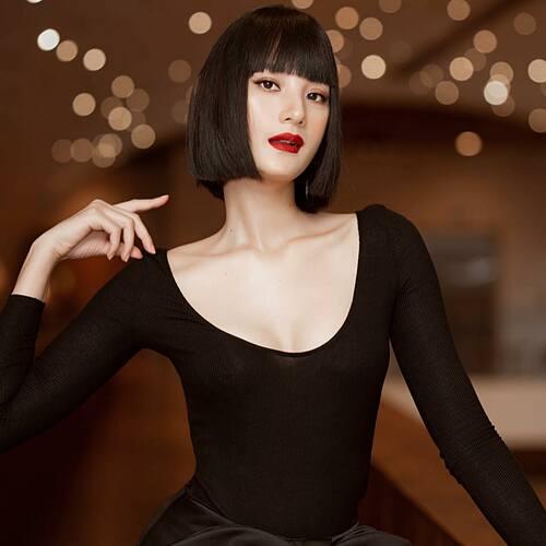 Người mẫu Lê Thuý khác lạ trong kiểu tóc mới.