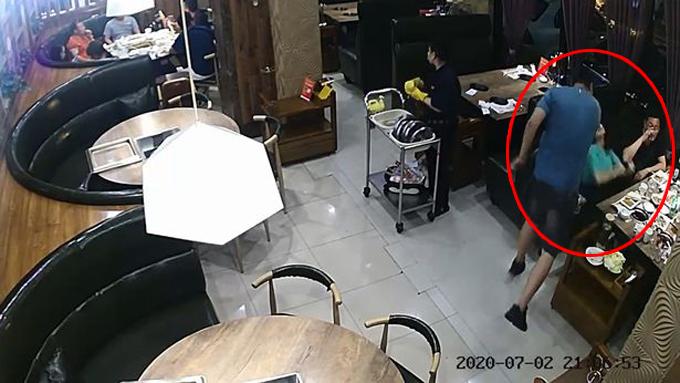 Người đàn ông tát vợ lật mặt, bất tỉnh tại nhà hàng ở thành phố Bảo Định, tỉnh Hà Bắc, Trung Quốc hôm 2/7. Ảnh cắt từ video.