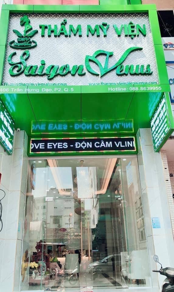 Thẩm mỹ viện Sài Gòn Venus chỉ hoạt động một cơ sở tại 406 Trần Hưng Đạo, phường 2, quận 5, TP HCM. Logo thương hiệu có màu xanh lá.