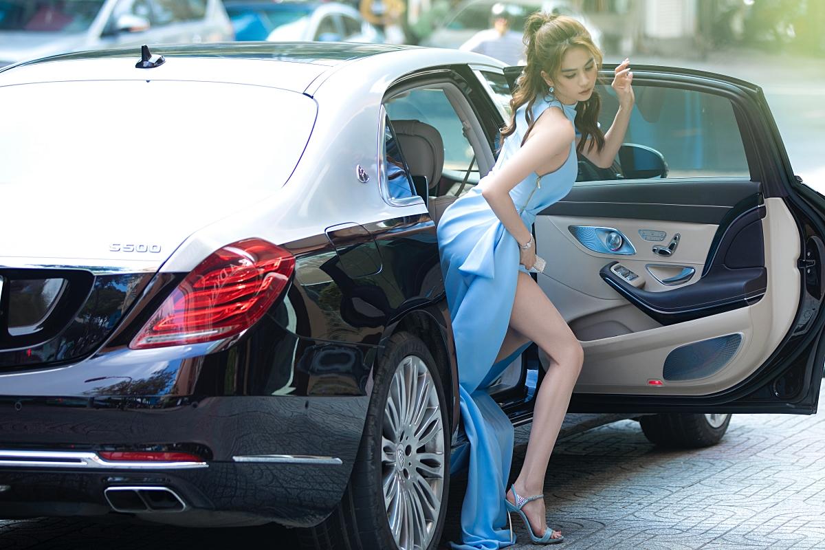 Ngọc Trinh xuất hiẹn bên xe sang trị giá khoảng 12 tỷ đồng của mình khi dự một event ở quận 1, TP HCM.