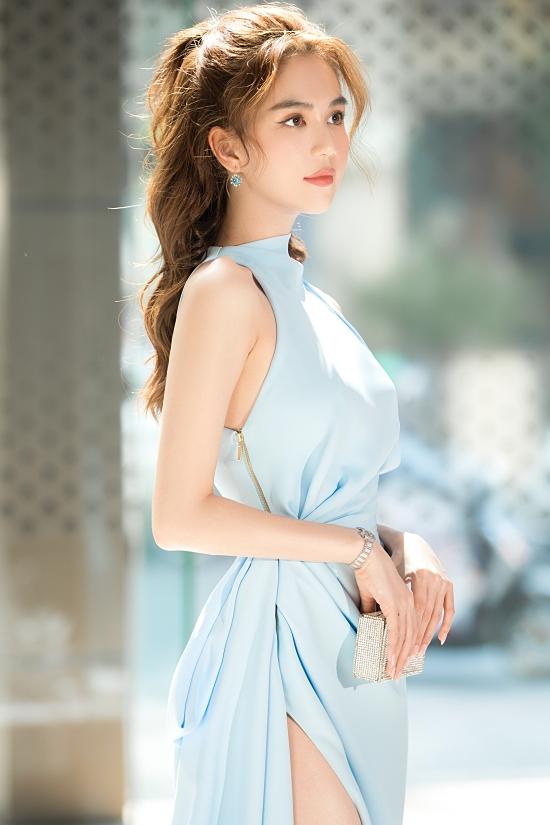 Người đẹp trang điểm theo phong cách ngọt ngào.