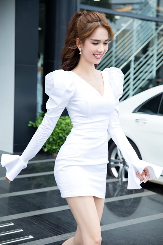 Sau event đầu tiên, Ngọc Trinh vội vàng thay trang phục di chuyển đến một địa điểm khác. Cô tiếp tục yêu chuộng một kiểu váy kín đáo, nữ tính khác.