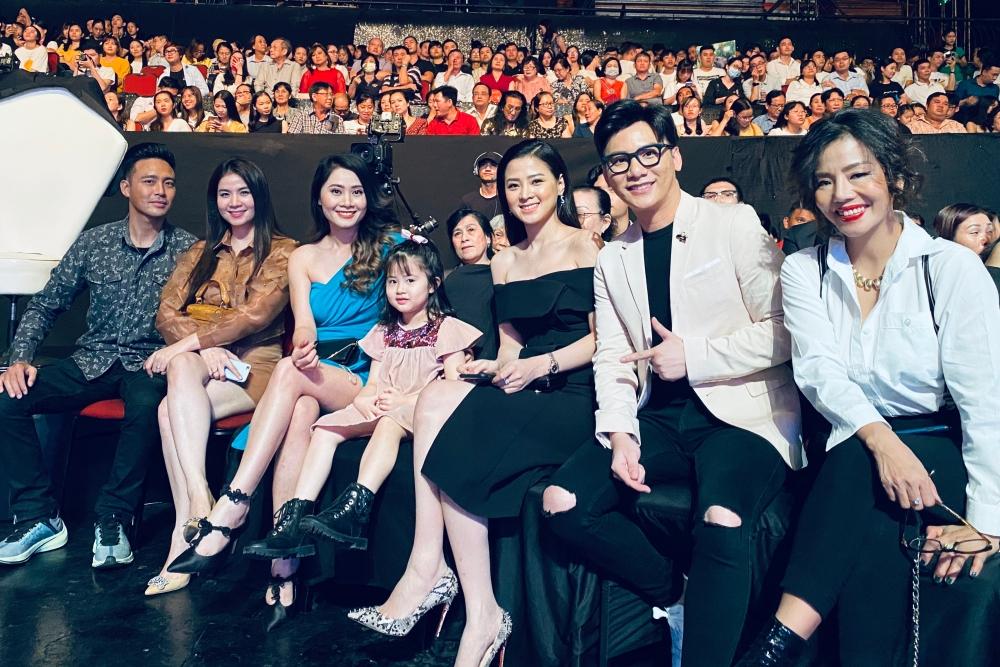 Vợ chồng Thanh Duy - Kha Ly (trái) cùng một số nghệ sĩ đến theo dõi đêm thi.