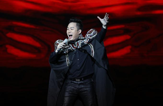 Tùng Dương khi hát Khúc hát phiêu ly.