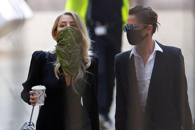 Amber Heard (trái) đến tòa cùng bạn gái hiện tại - nhà quay phim Bianca Butti.
