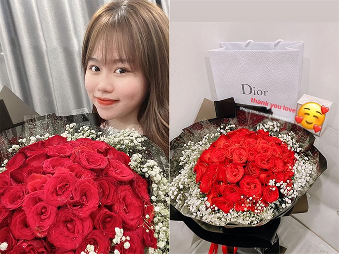 Huỳnh Anh khoe những món quà Quang Hải tặng nhân dịp kỷ niệm hai tháng yêu nhau.