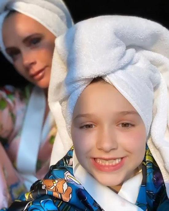 Vic cũng đăng tải video mừng sinh nhật con gái út trên trang cá nhân có 28,4 triệu người theo dõi. Chúc mừng sinh nhật 9 tuổi Harper. Cả nhà yêu con rất nhiều, nhà thiết kế thời trang viết. Cựu ca sĩ nhóm Spice Girls tag tên chồng và ba cậu con trai vào dòng chia sẻ.