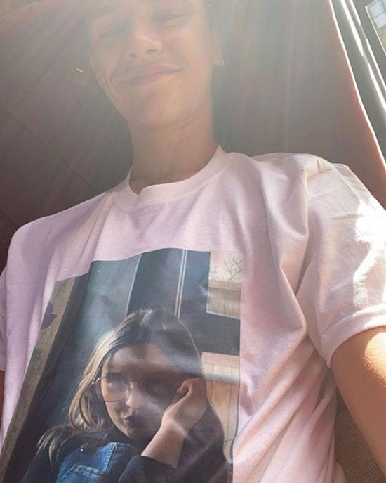Chàng trai 17 tuổi selfie khoe mặt trước của áo phông in chân dung em gái. Có vẻ nhà Becks mặc đồng phục áo phông in ảnh và dòng chữ chúc mừng sinh nhật trong tiệc mừng Harper tròn 9 tuổi.