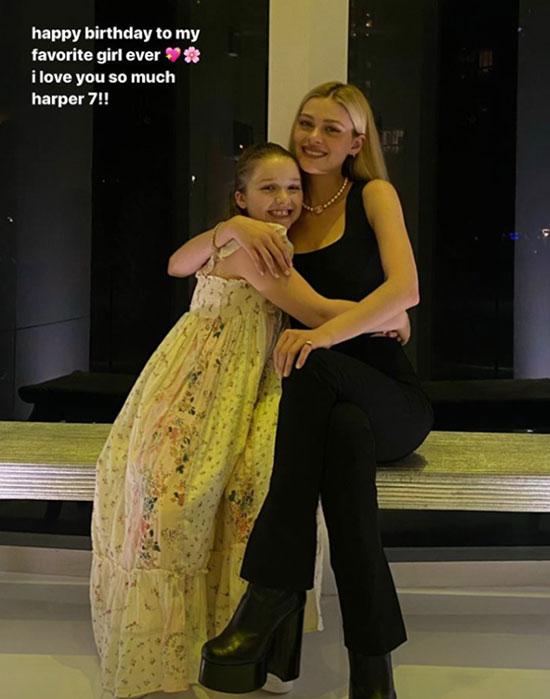 Bạn gái Brooklyn là Nicola Peltz cũng đăng ảnh ôm cô nhóc Harper thân thiết và gửi lời chúc mừng sinh nhật tới cô bé. Là con gái út nên Nicola không có em vì thế nữ diễn viên tóc vàng cũng yêu quý em gái của bạn trai.