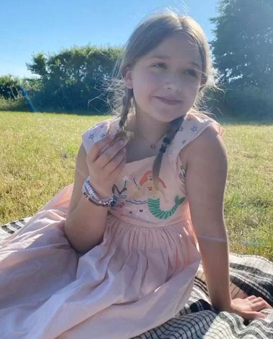 Con gái Becks lúc dịu dàng, lúc tinh nghịch khi ngồi một mình hay bên bố mẹ và các anh, ông bà. Sinh nhật của Harper năm nay được tổ chức tại nông trang ở Cotswolds nơi gia đình Becks vẫn tự cách ly từ đầu dịch.