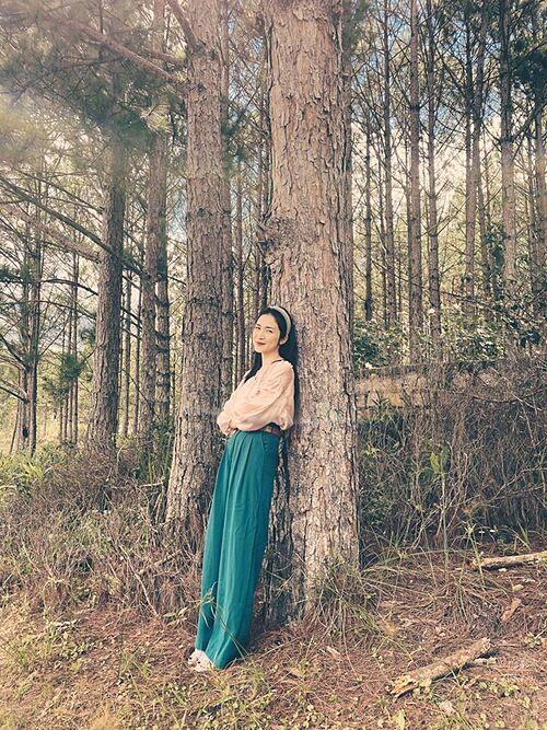 Hoà Minzy khiến fan thích thú khi tung bộ ảnh tá hiện phong cách một thời của phụ nữ xưa. Bộ ảnh được nữ ca sĩ thực hiện trong chuyến du lịch Đà Lạt cùng hội bạn thân cách đây không lâu.