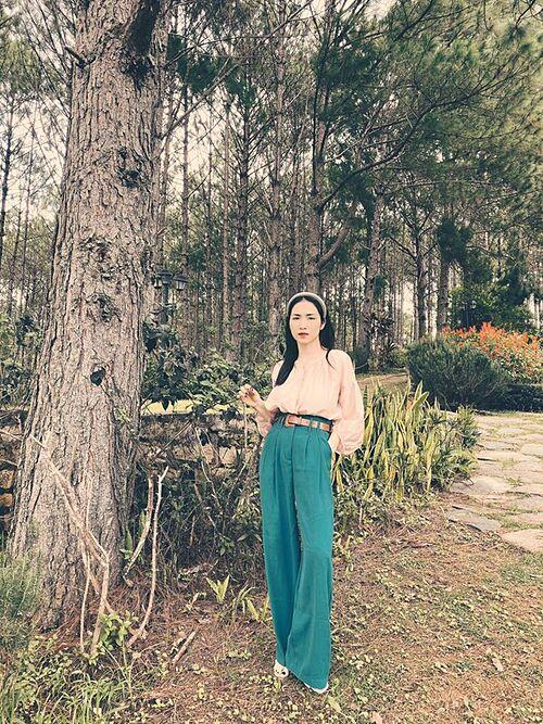 Nữ ca sĩ 25 tuổi tạo dáng thần thái kiêu kỳ.