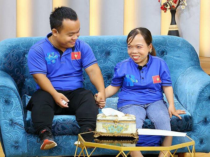 Sau tất cả, anh chị vẫn nắm tay nhau hạnh phúc. Anh Văn Nguyên và chị Thu Đông cùng câu chuyện tình yêu cổ tích được phát sóng trong chương trình Mảnh Ghép Hoàn Hảo phát sóng lúc 21h35 hôm nay ngày 12/7/2020 trên VTV9.