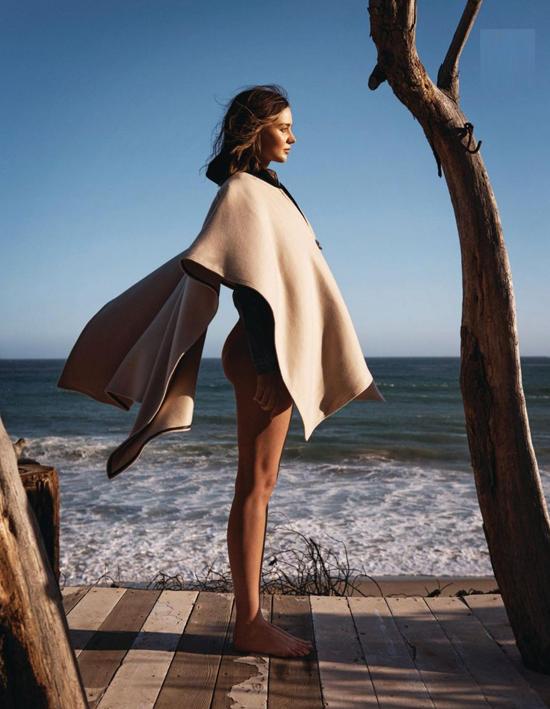 Miranda đã từ giã sàn catwalk ba năm nay nhưng thi thoảng cô vẫn nhận lời chụp hình tạp chí. Sau vài tháng giãn cách xã hội vì Covid-19, siêu mẫu lần đầu tái xuất trong bộ ảnh quảng cáo trang phục đi biển mùa hè.