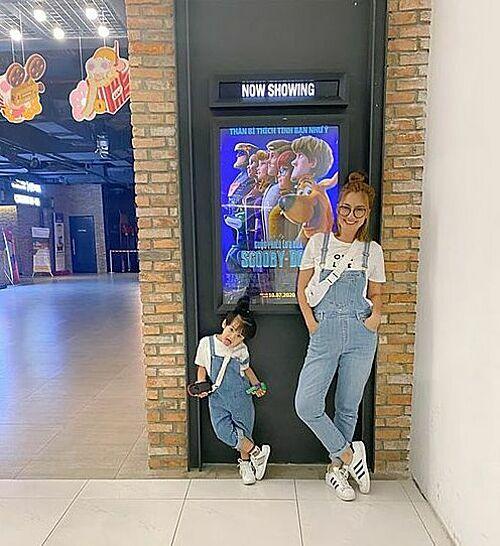 Ngọc Lan và con trai diện đồ ton sur ton đi xem phim.