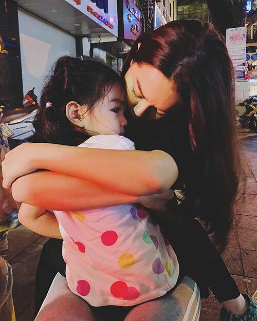 Phạm Quỳnh Anh tình cảm bên cô con gái út.