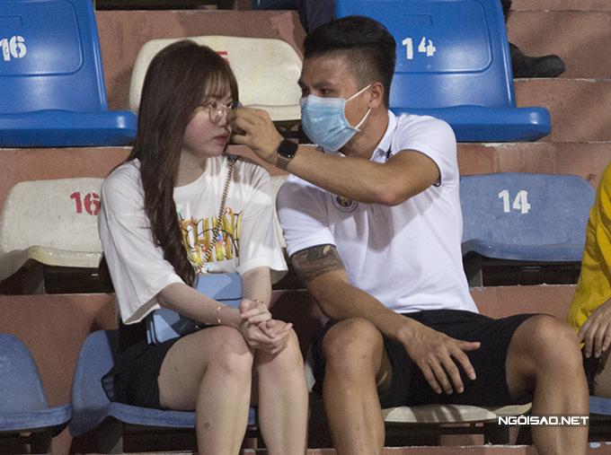 Quang Hải tình tứ với bạn gái trên khán đài khi theo dõi trận đấu Hà Nội - Sài Gòn ở vòng 7 V-League. Ảnh: Đương Phạm.