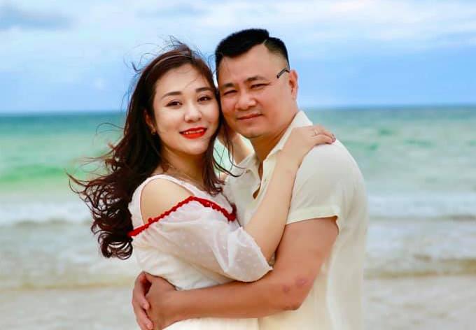 Bà xã Tự Long có nhan sắc dịu dàng, tính cách hiền lành, mềm mỏng. Chênh nhau 12 tuổi nhưng hôn nhân của cả hai rất êm đềm, hạnh phúc.
