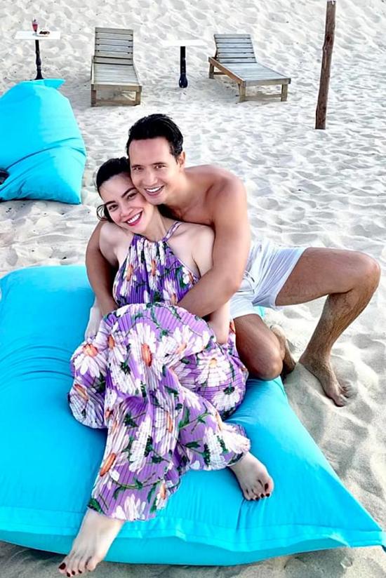 Đôi tình nhân tình tứ trên bãi biển. Từ khi Hồ Ngọc Hà mang thai, Kim Lý luôn đồng hành, dẫn cô du lịch nhiều nơi trong nước.