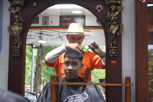 Lê Vũ Trân được tạo kiểu tóc mới sau gần 1 tiếng chờ đợi đến lượt.