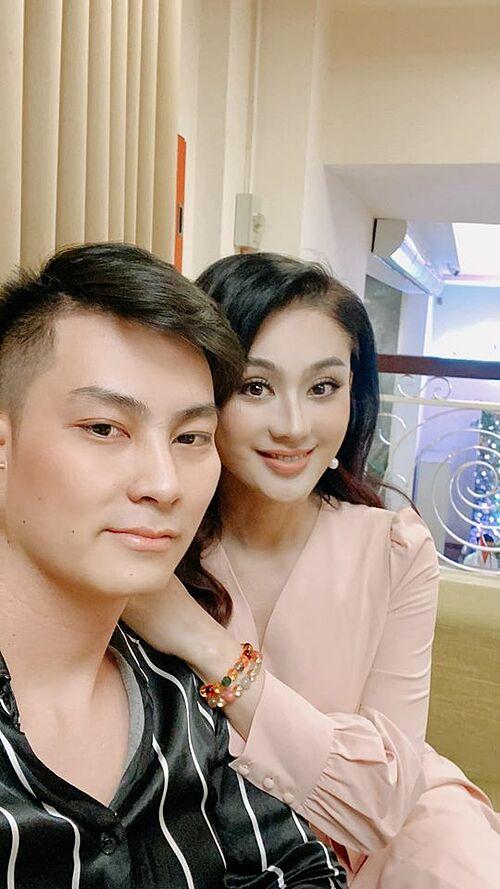 Lâm Khánh Chi hạnh phúc sánh đôi bên chồng đi dự đám cưới.