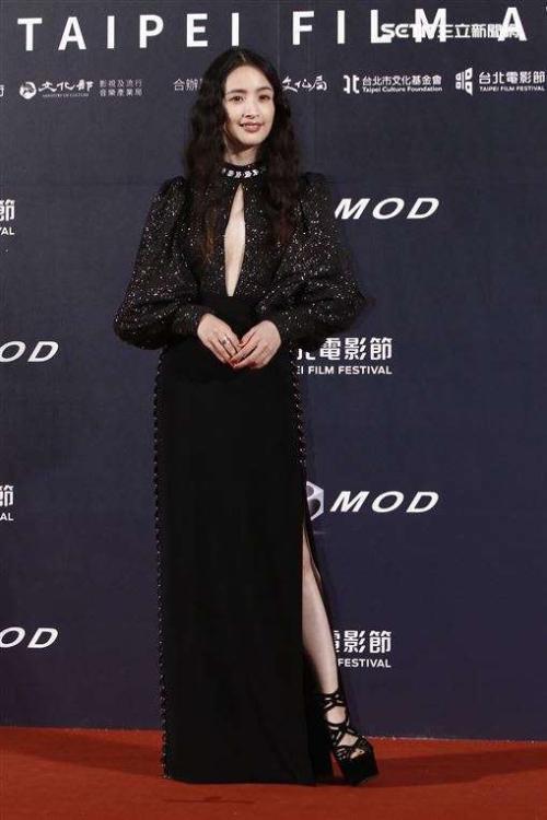 Ngôi sao Đài Loan Lâm Y Thần tham dự  Liên hoan phim Đài Bắc (Taipei Film Festival) lần thứ 22, sự kiện diễn ra tối 11/7 tại Đài Loan. Trên thảm đỏ, Lâm Y Thần mặc phục sức sang trọng, để lộ khéo vòng một.