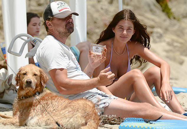 Leo DiCaprio thư giãn trên bãi biển cùng bồ trẻ