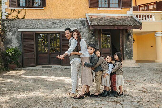 Chia sẻ ảnh bên ông xã Lý Hải và 4 con, Minh Hà viết: Có một nơi để về, đó là nhà. Có những người để yêu thương, đó là gia đình. Có được cả hai, đó là hạnh phúc.